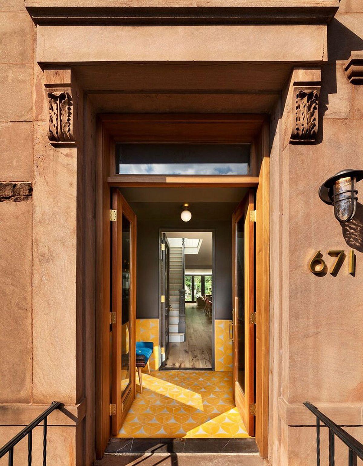 De la intrarea în casă se poate observa configurația planului, respectiv spațiul lung și îngust al parterului, deschis în partea din spate către curtea interioară. Dacă fațada este în stil vechi, interiorul se conturează într-un stil actual.