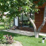 Grădina unei case din mediul rural cu zonă de terasă în fața ei pavată cu produse de a Elis Pavaje.