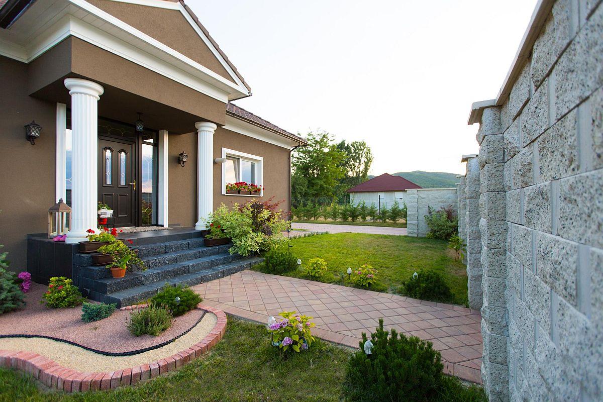 Casă cu grădină, unde pavelele și elementele de gard sunt produse de Elis Pavaje.