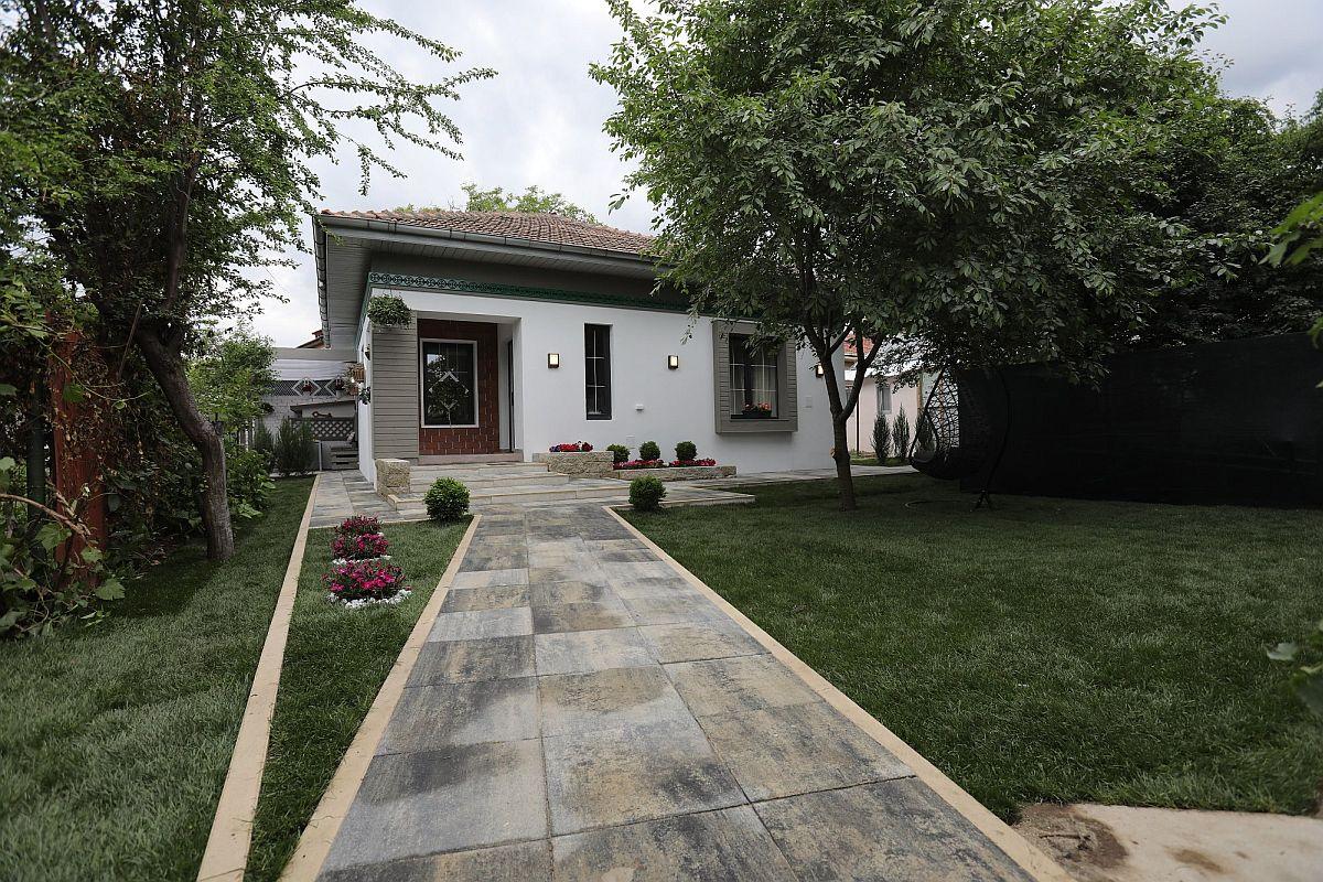 Grădină unde aleile și zona de terasă sunt pavate cu produse fabricate în România de la Elis Pavaje.
