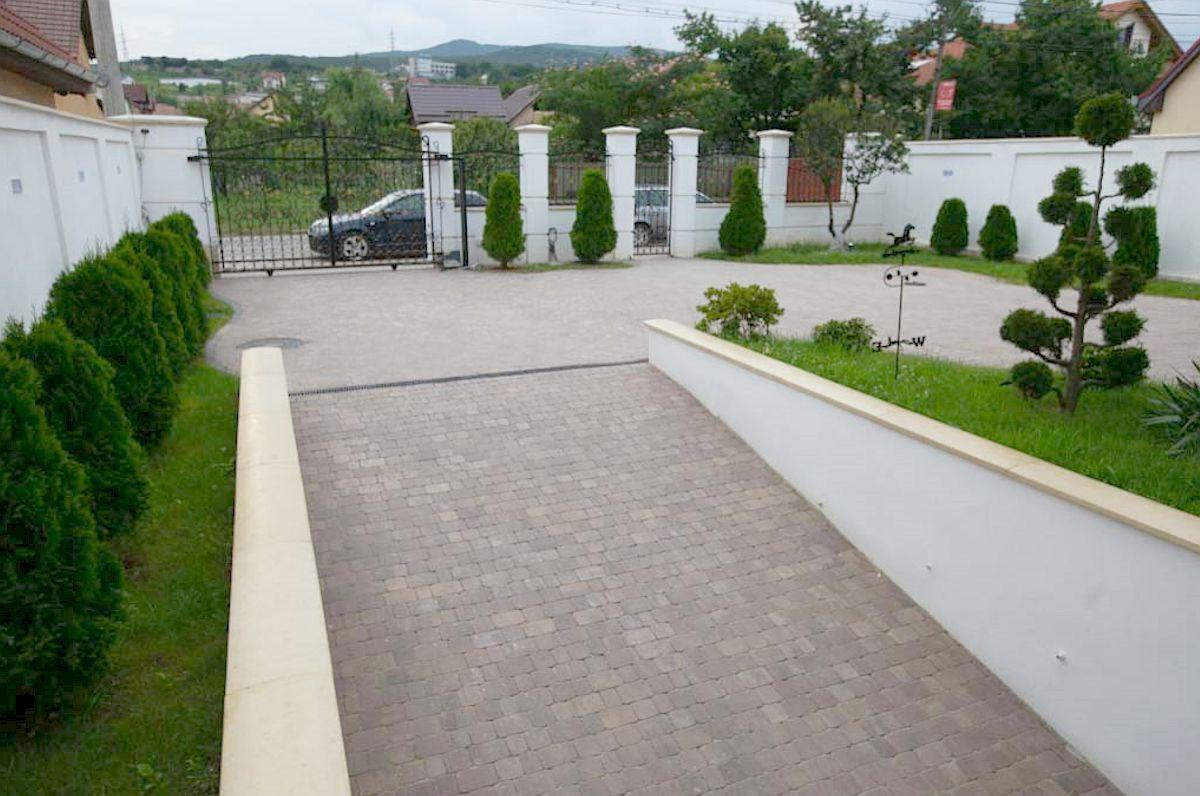 Zonă de acces garaj într-o curte a unei case din țara noastră. Pavalele folosite sunt de la producătorul român Elis Pavaje.