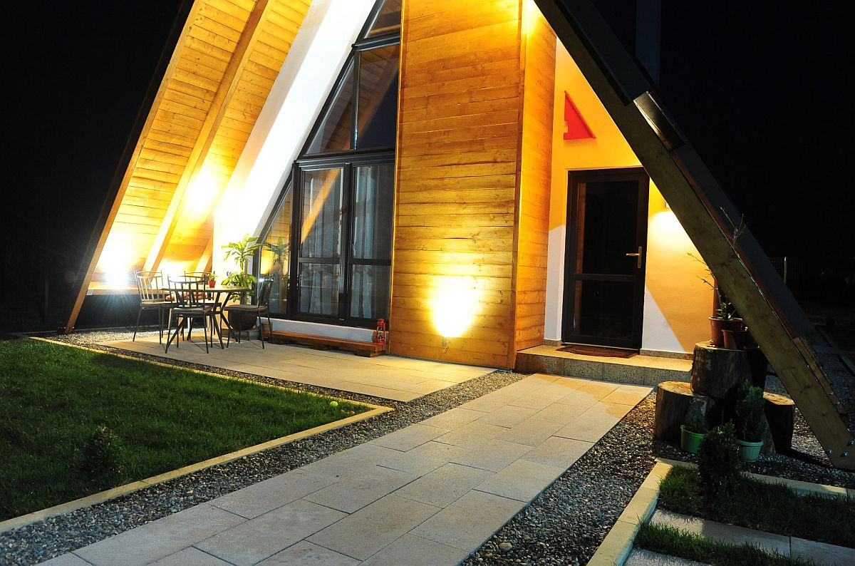Zonă de acces în casă cu alei și terasă pavate cu materiale de la Elis Pavaje.