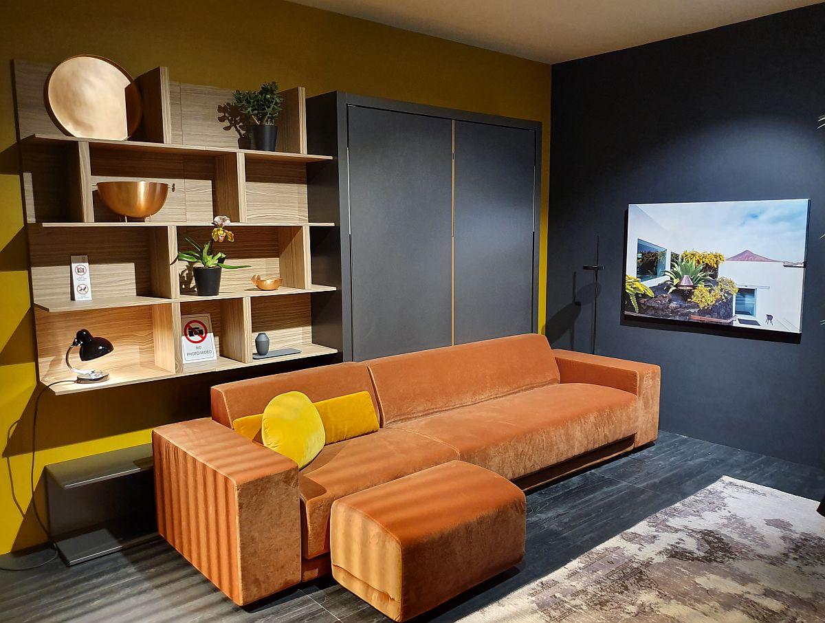 Da, o canapea cu tapițerie portocalie poate fi pata de culoare care să scoată din anonimat amenajarea. Dar portocaliul pare mai intens atunci când e în contrast cu suprațe în tonuri închise și devine mai luminos când este alăturat cu nuanțe de galben, precum în această propunere de la Clei.