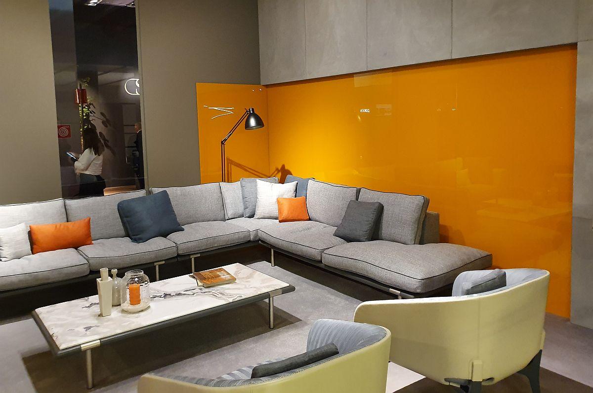 Porotcaliul poate fi folosit și pentru fundalul unei canapele gri, combinația fiind una câștigătoare mai ales pentru viața de familie: giurile tapițeriilor se întrețin ușor, iar neutralitatea lor este scoasă din tipare cu o pată optimistă de portocaliu. Ambient Mariani.