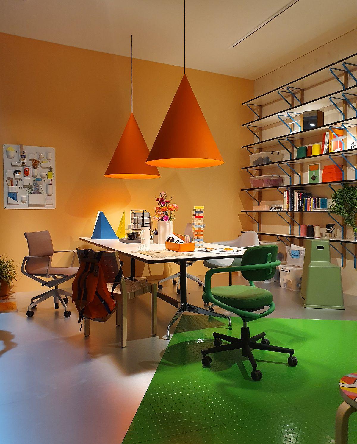 Într-un interior de birou portocaliul este una dintre cele mai recomandate culori, iar propunerea celor de la Vitra este una sugestivă, dar și creativă.