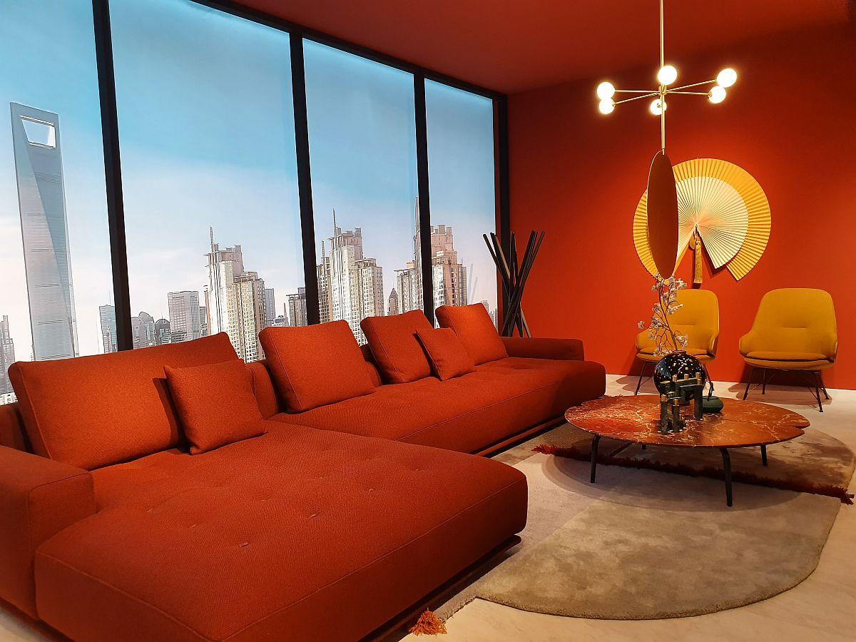 Ambient unde atât canapeaua cât și peretele de accente sunt tratate în aceeași culoare. Propunere de la Zanotta.