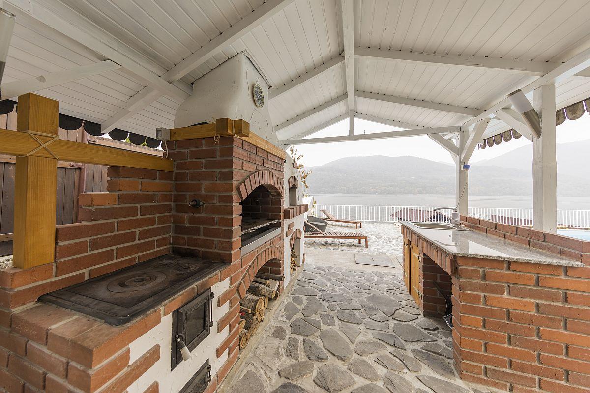 Bucătăria de vară a fost construită de la zero și finalizată în patru zile, cu toate dotările necesare. Echipa care a construit-o este cea de la e-grătare.ro, iar costul bucătăriei de vară a fost de circa 9000 de euro.