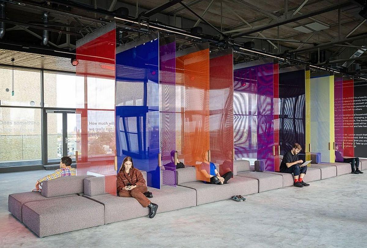 Concept Leolux pentru spații de relxare unde panouri din sticlă colorată asigură intimitate.