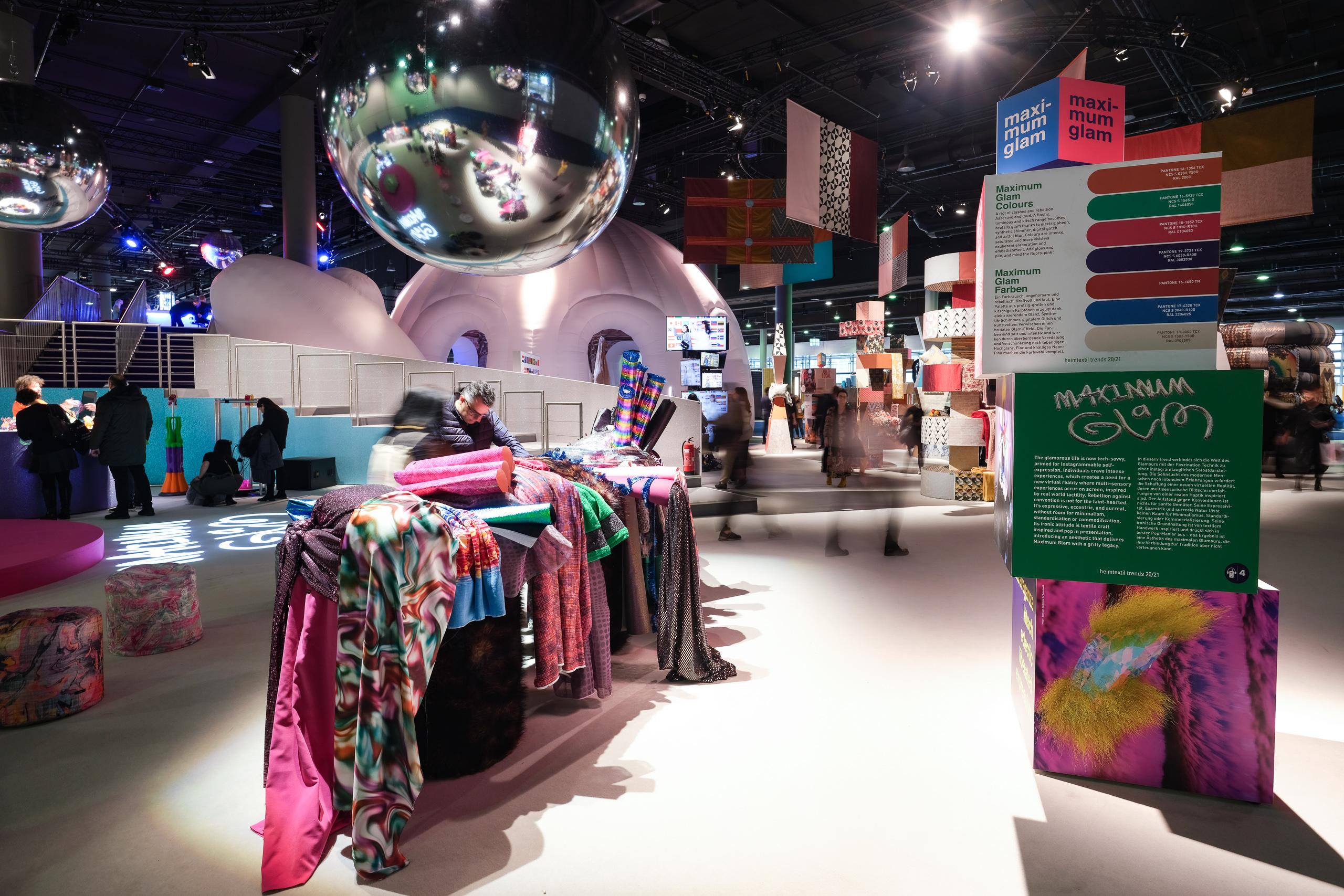 Foto Pietro Sutera. Stand Maximum Glam amenajat la Heimtextil Frankfurt, unde au fost prezentate materiale textile inovatoare.