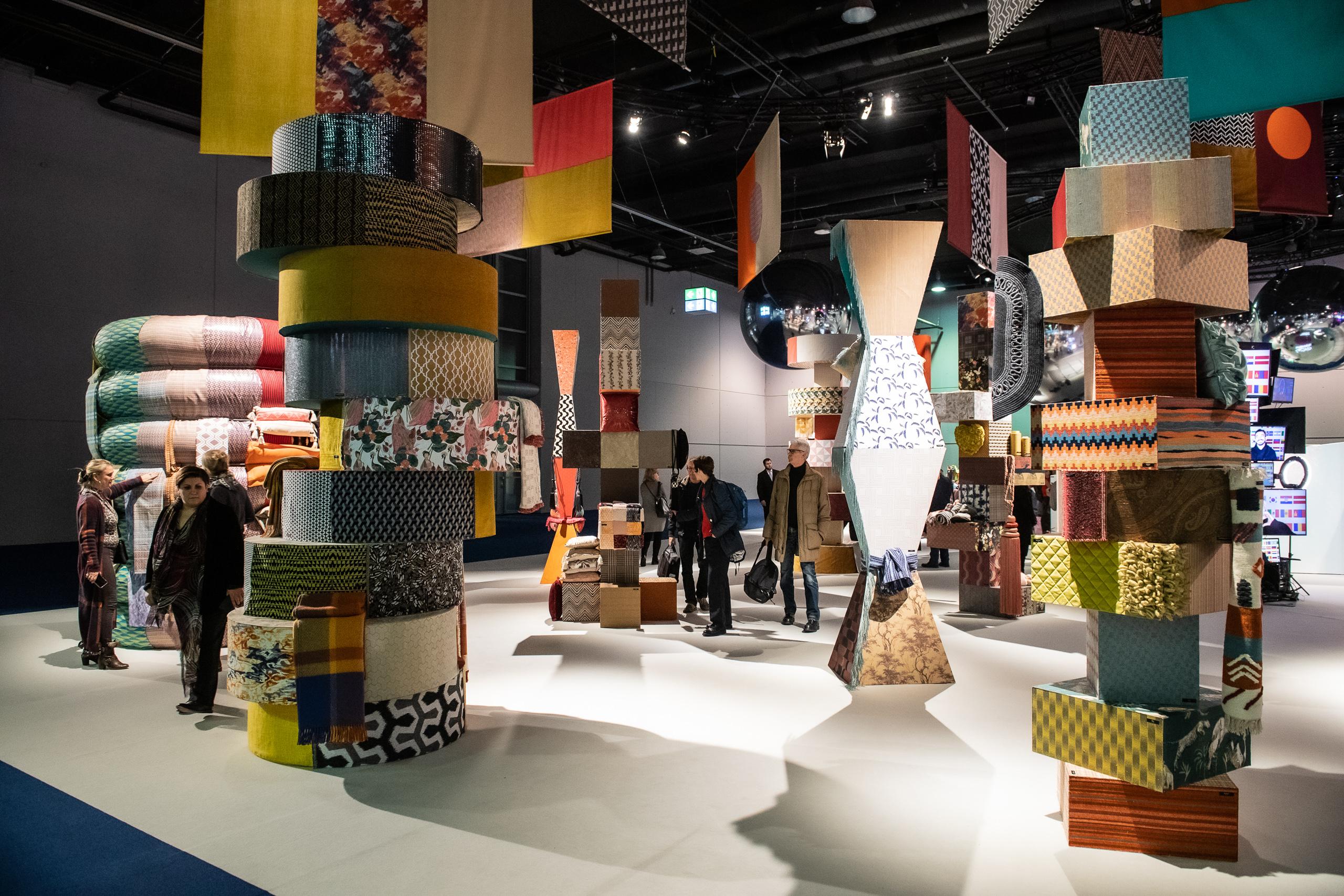 Foto Pietro Sutera. Stand Multi Local, Heimtextil Frankfurt, unde materialele imprimate reinterpretează motivele tradiționale din mai multe țări ale globului.