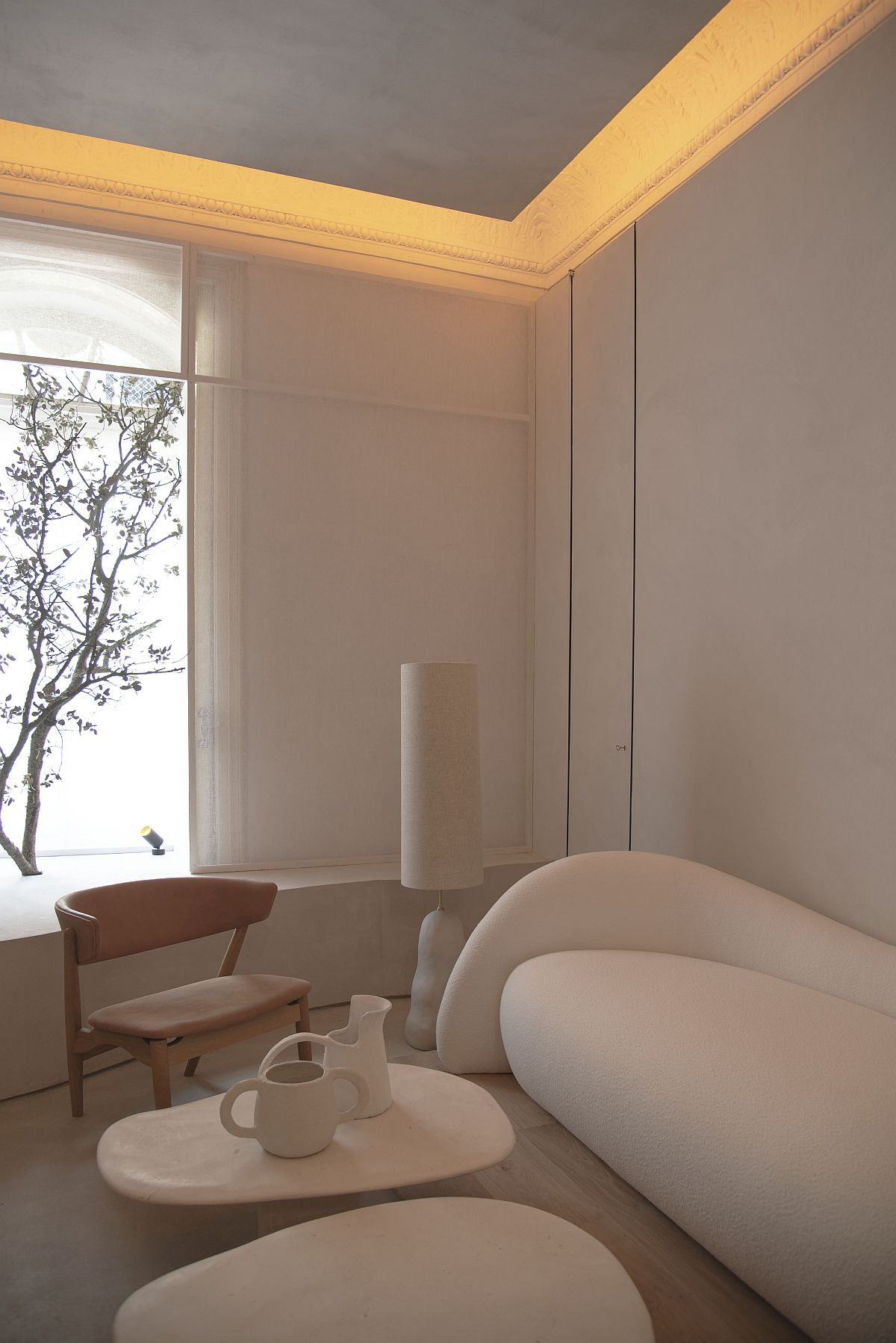 Mobilierul este realizat din lemn masiv de către firma Detarima, iar piesele tapițate executate de către atelierul Pepe Penalver.