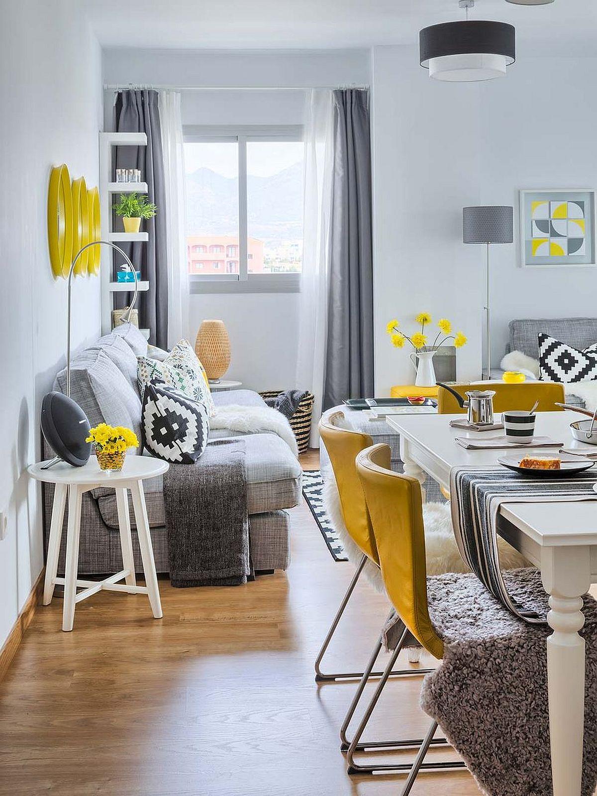 Culoarul de circulație în living a fost bine calculat, de aceea, pentru a mai economisi din spațiu, designerii au propus banchete la perete ca locuri de ședere pentru acestea fiind fixe, ocupă mai puțin spațiu.