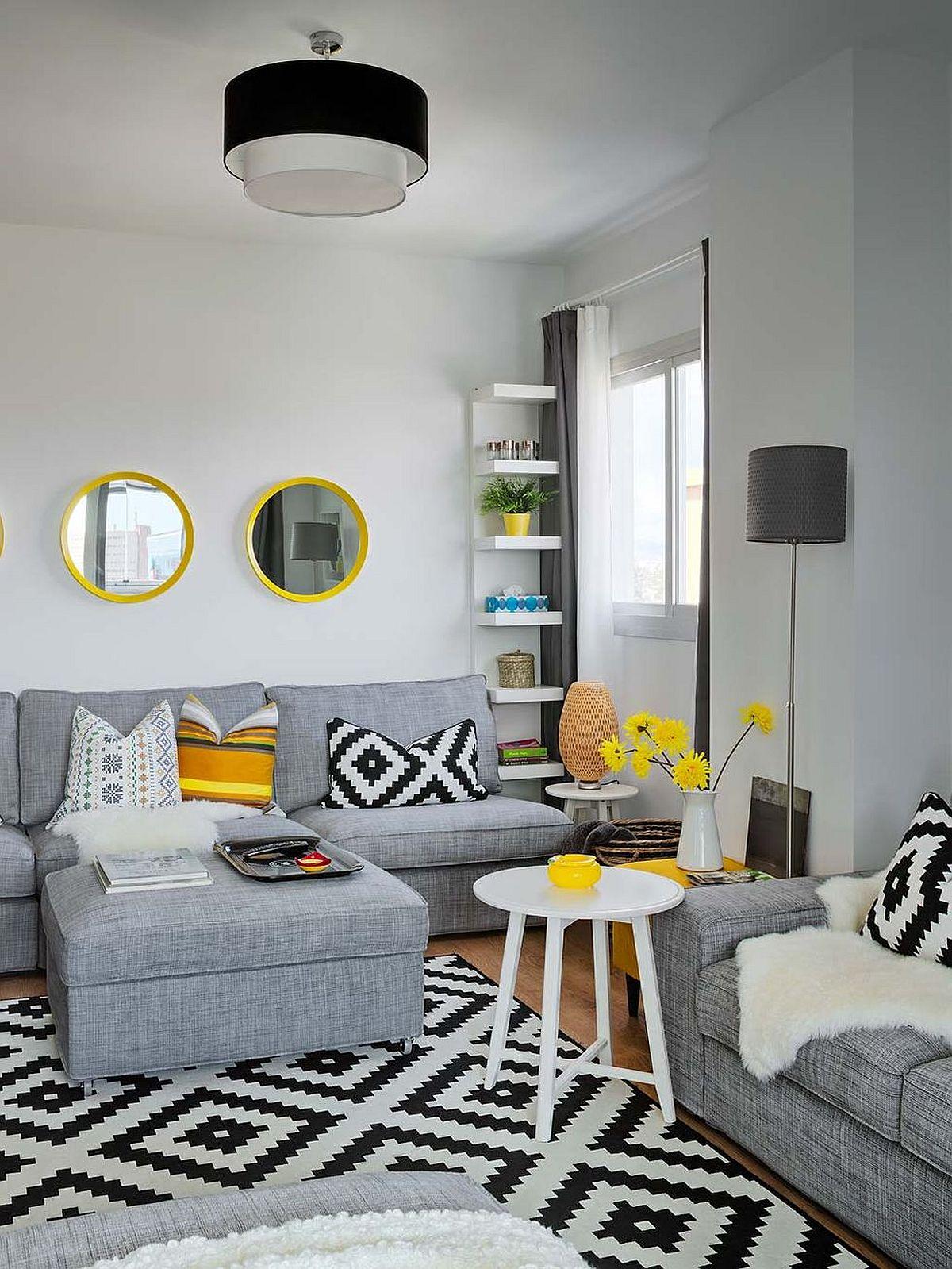 La capitolul mobilier totul este simplu, ales cu forme clare, geometrice. Inclusiv la nivelul covorului formele imprimeului sunt geometrice, ceea ce conferă senzația de ordine, în ciuda numeroaselor decorațiuni. Câteva oglinzi poziționate deasupra canapelei, captează lumina dinspre ferestre și dau impresiade spațiu.