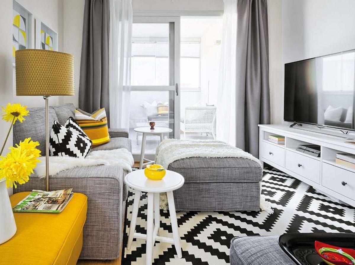 Locul de tv prevăzut pe singurul perete disponibil în living, o zonă de unde ecranul poate fi ușor rotit și către cealaltă canapea.