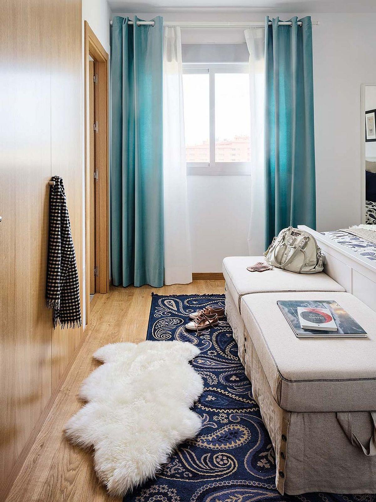 Dormitorul matrimonial beneficiază și de un dulap, dar și de acces către o baie proprie. Moblierul a fost dispus astfel încât să existe un culoar de acces în fața dulapului, care coincide cu cel către baie. Taburetele din fața patului sunt comode, dar asigură și locuri pentru depozitare.