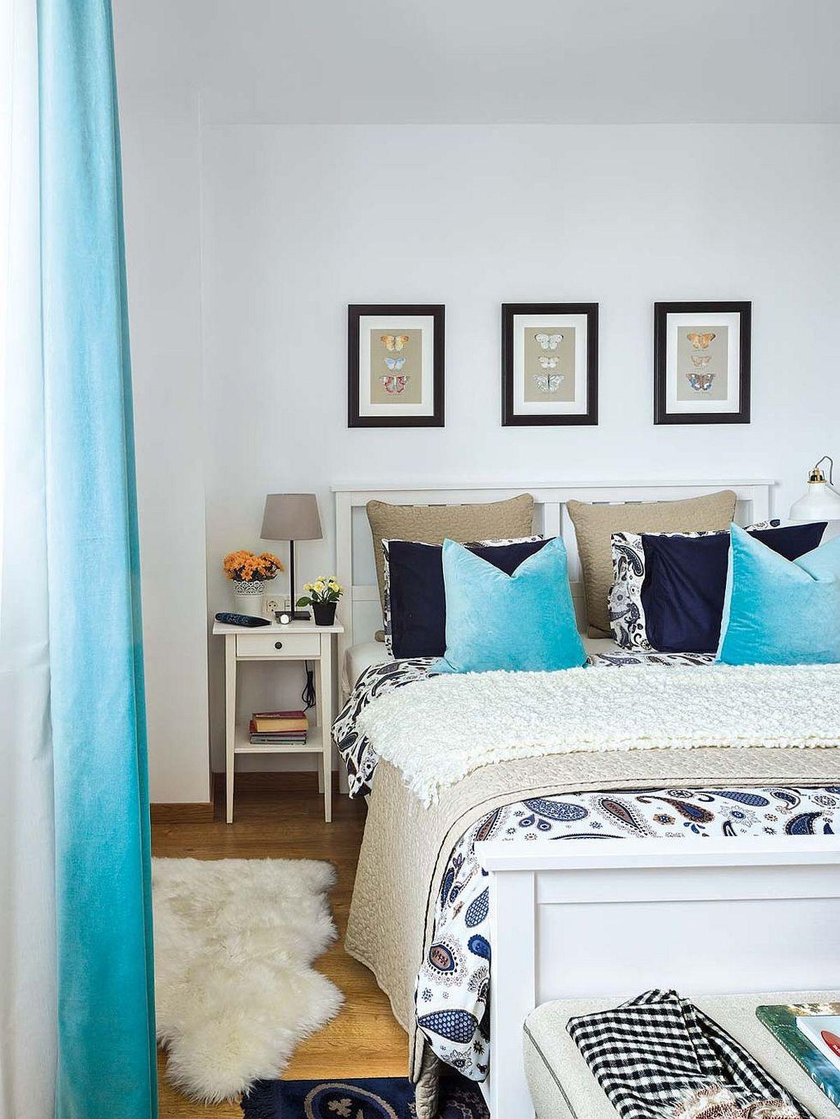 Prin mici decorațiuni și prin draperii s-a creionat atmosfera dormitorului, chiar dacă mobila și pereții sunt albi.