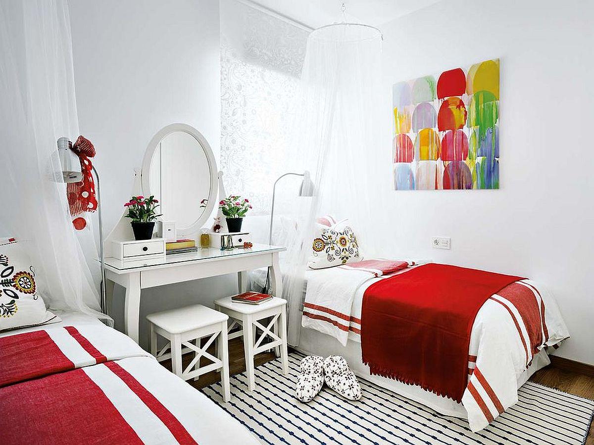 Dormitorul fetelor este simetric amenajat, chiar dacă unul dintre paturi vine îndreptul singurei ferestre prezente aici. Un panou de tip japonez a fost instalat în locul unei perdele.