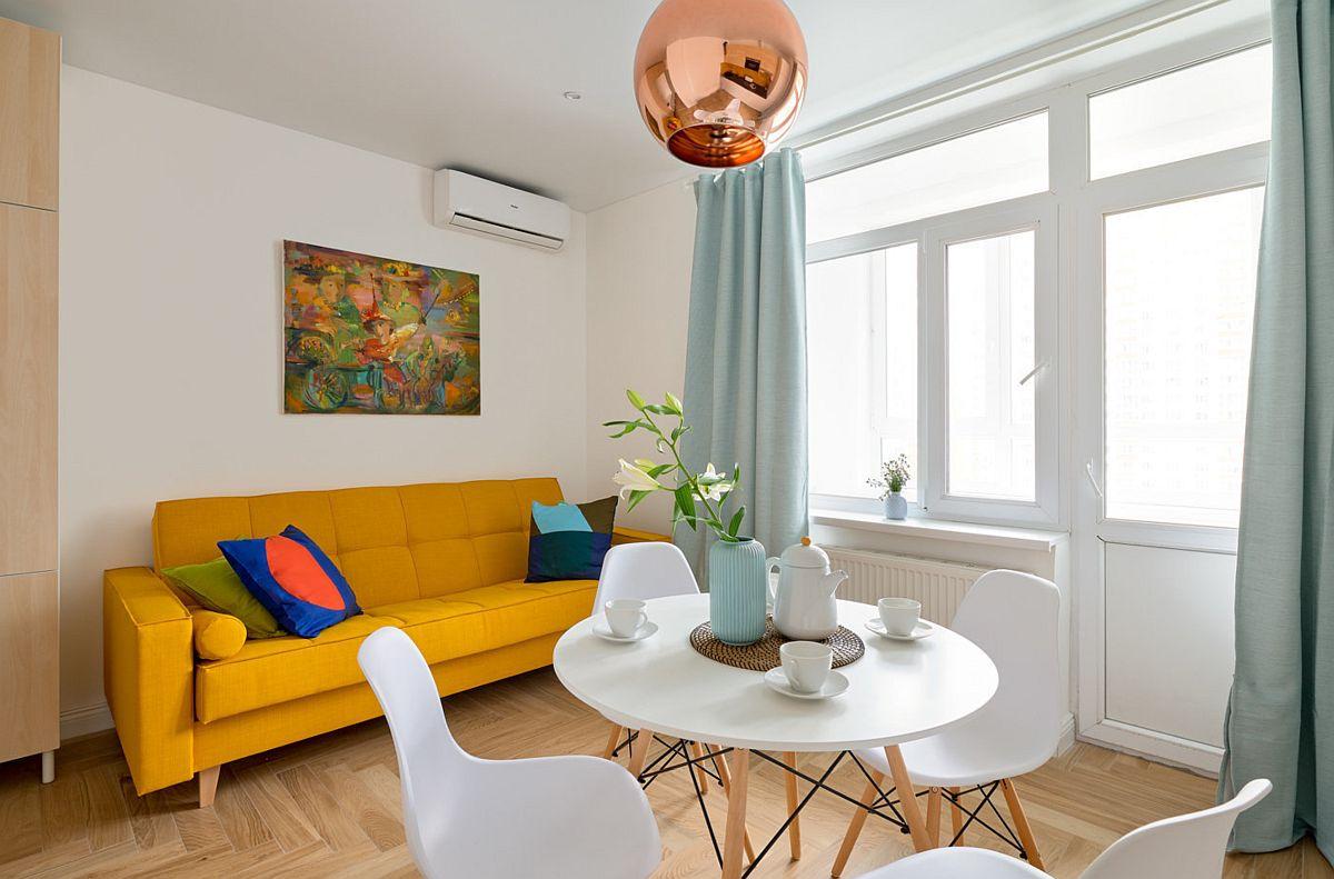 Canapeaua, fiind o piesă de mobilier voluminoasă, a fost aleasă cu o tapițerie colorată, astfel ca în ambient nuanța solară să înveselească atmosfera.