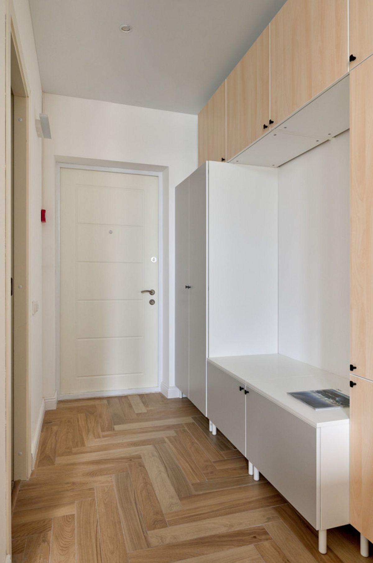 Holul de la intrare comunică deschis cu încăperea, iar de aici se deschide și ușa camerie de baie. Spațiul din hol este folosit pentru depozitare,în special haine și pantofi, ansamblul fiind realizat din piese modulare, care formează și loc pentru cuier.