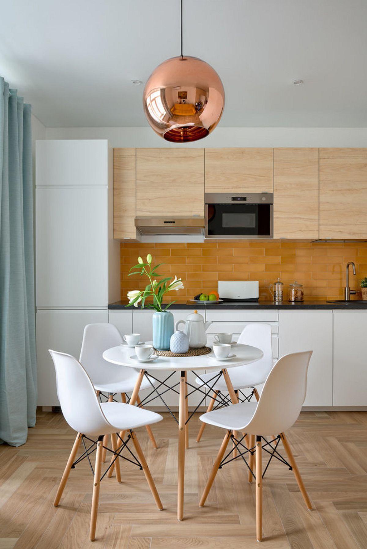 Mobilierul de la bucătărie este unul modular, cumpărat din magazin, ca atare spațiul dintre peretele cu fereastra și corpul ce înglobează combina frigorifică a fost folosit mascat cu ajutorul draperiei.