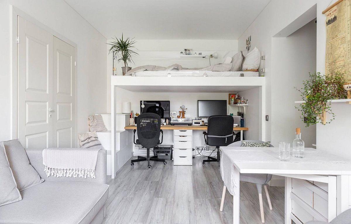 Între accesul în cameră și ușa dormitorului, tinerii au construit o platformă pentru patul lor, iar sub ea este locul de birou, unde lucrează de acasă.