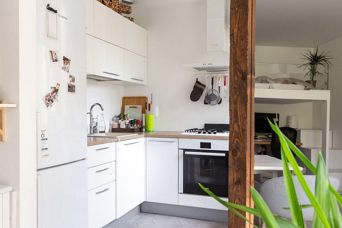 Partea mai înaltă a ansamblului mobilierului de bucătărie este situată în lateral, mai puțin vizibil din zona livingului.