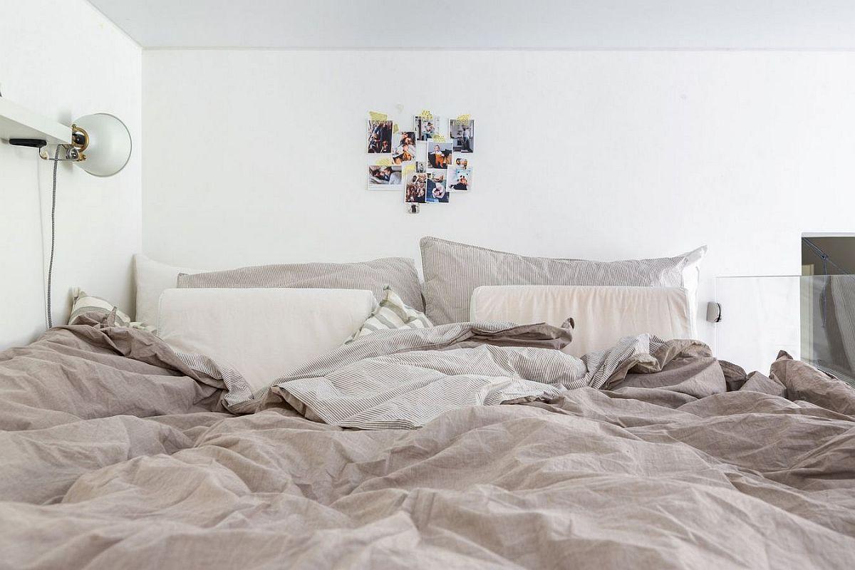Patul cu saltea de 160 cm lățime este unul confortabil, dar prin această soluție de pat etajat au reșit să aibă mai multe funcțiuni în spațiul livingului, plus canapea confortabilă, care nu e folosită pentru dormit.
