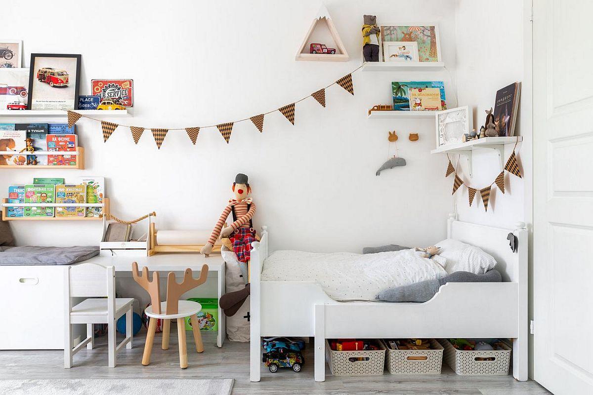 Pătuțul bebelușei este într-un colț al camerei, unde toată mobila este albă pentru mai multă luminozitate, dar și senzație de ordine. Peretele de culoare sunt prezente prin jucării și decorațiuni.