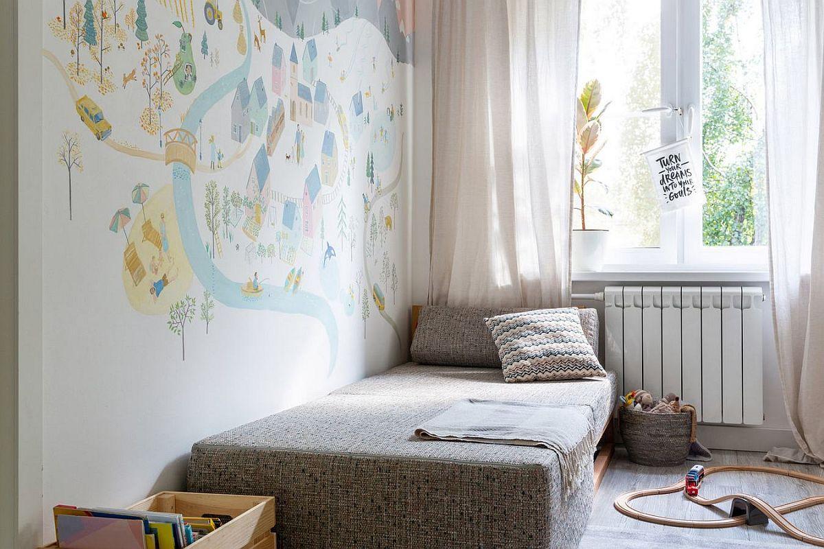 Extins, fotoliul este un pat confortabil pentru un copil. Peretele din zona lui este pictat de către cei doi soți și prietenii lor.