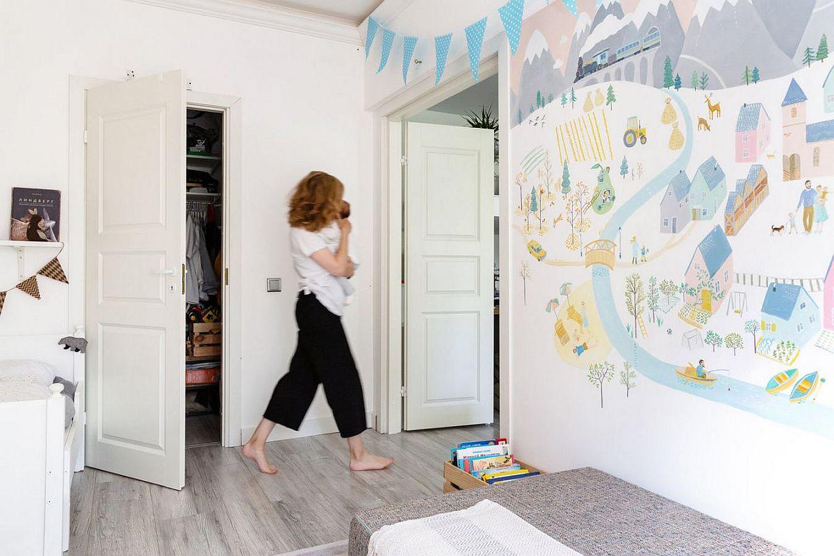 Din camera copiilor se face accesul către dessing, un spațiu separat cu ușă, unde cei doi soți țin majoritatea hainelor familiei.