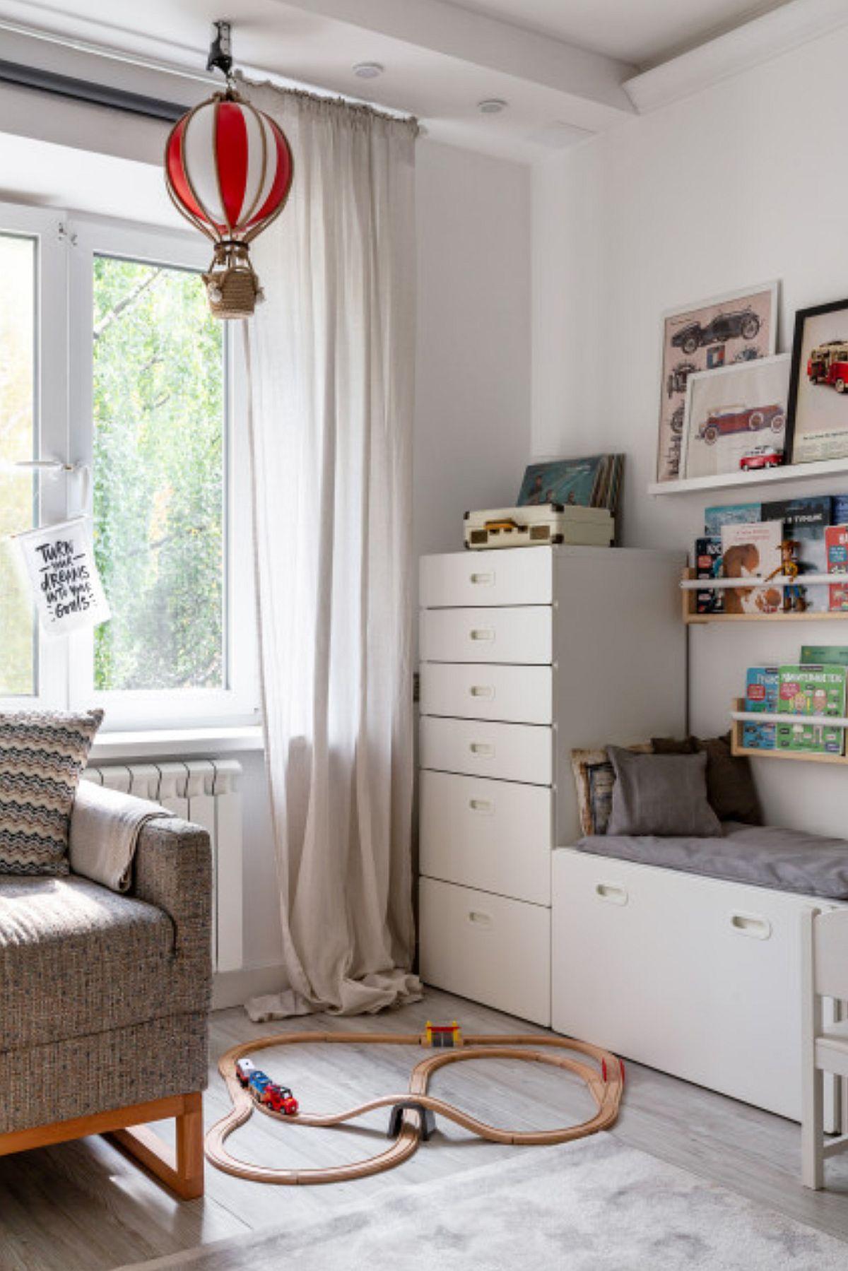 Pentru depozitarea hainelor celor mici, tinerii au ales piese de mobilier de la IKEA care să nu încarce spațiul, dar să le ofere posibilitatea de a organiza bine lucrurile în sertare.