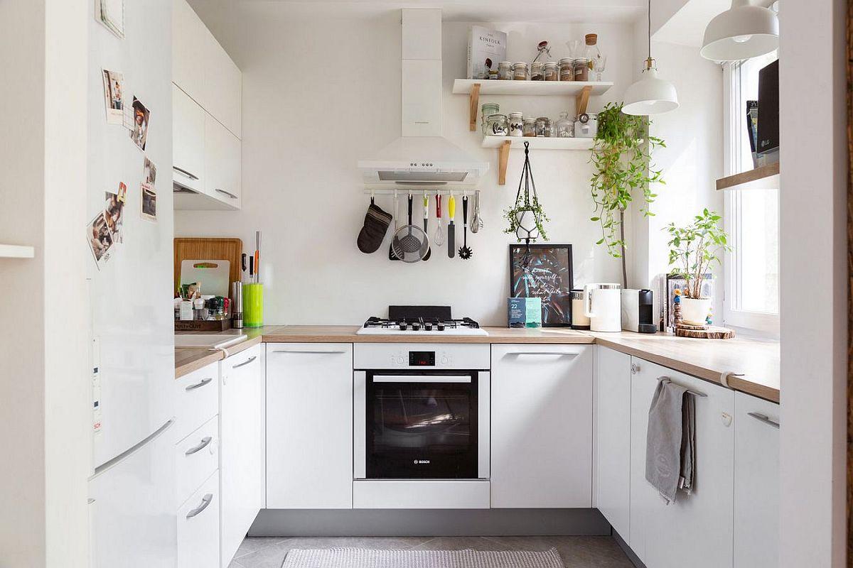 Bucătăria este simplă, dar configurată în formă de U, astfel ca spațiile de depozitare să existe, chiar și în lipsa corpurilor suspendate.