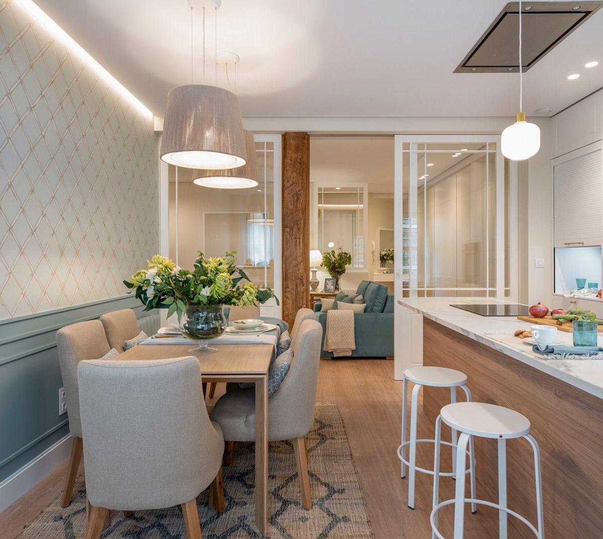 Ușile culisante ce separă bucătăria și sufrageria de living asigură lumină naturală către zona canapelelor, zonă care nu beneficiază de nicio fereastră.