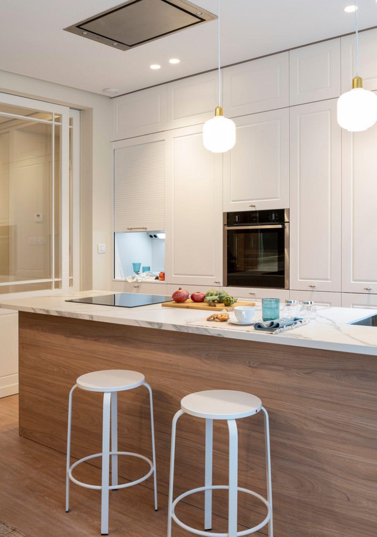 Hota și chiuveta sunt situate pe blat, iar bucătăria, fiind fără corpuri suspendate, a fost dotată cu o hotă încastrată în plafon. Astfel deasupra barului, în afara suspensiilor nu mai este nimic, de unde și senzația de luminozitate.