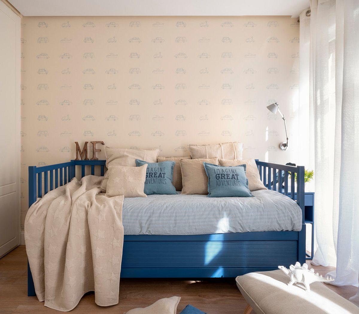 Patul este unul cu două saltele, sertarul de jos putând fi tras pentru un al doilea loc de dormit. Pentru ca spațiul camerei să nu apară ca un dormitor, patul a fost ales cu o imagine de canapea.
