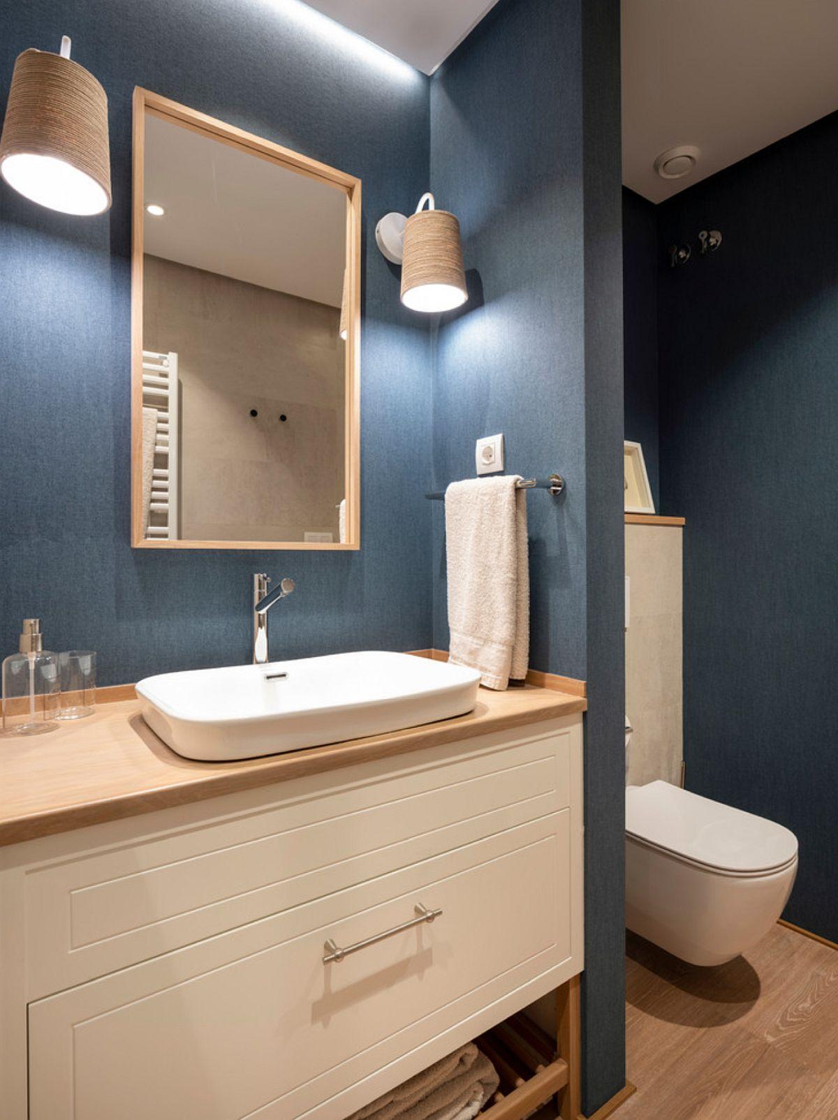 Zona vasului de tolealetă este parțial separat prin interdiul unui zid, care de o parte și de alta asigură loc perfect pentru accesoriile de baie.