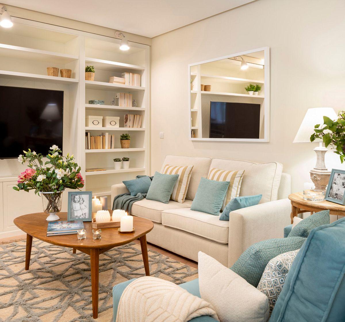 În loc de o canapea colțar, designerii au propus două canapele, care au putut fi mai ușor inegrate în spațiul livingului, care este mai mult lung și îngust.