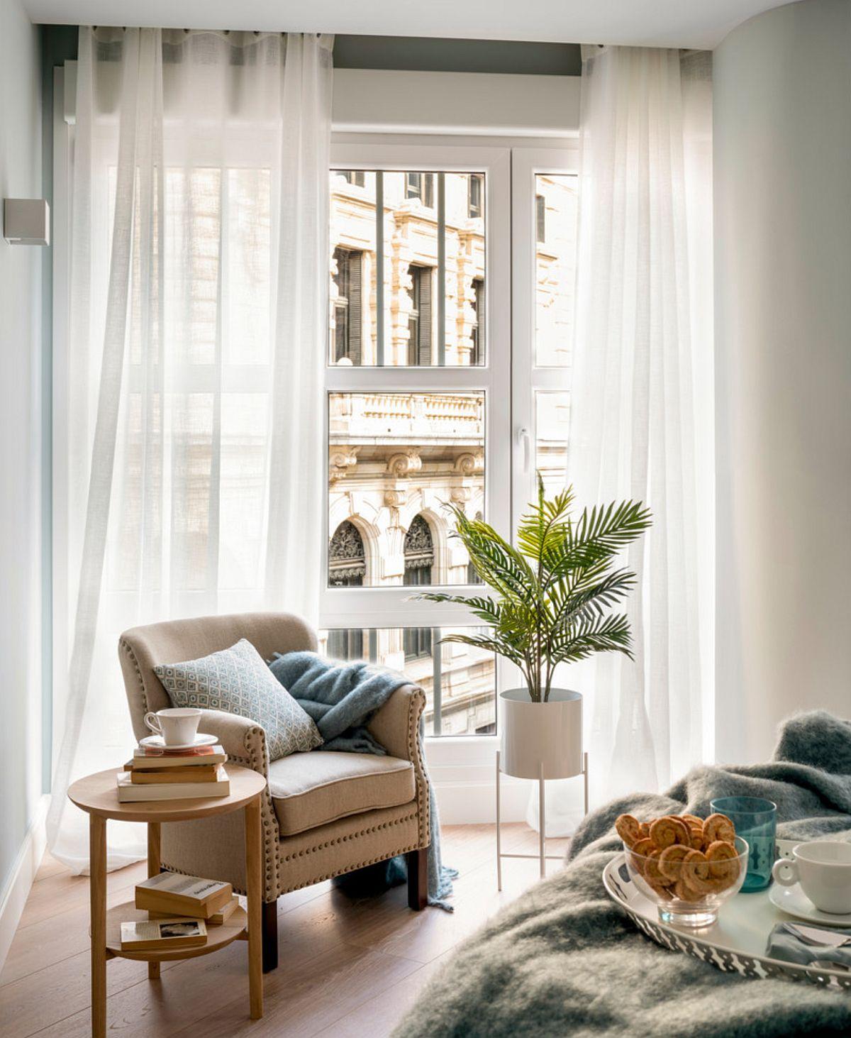 Fiind un apartament într-o clădire veche, colțurile camerelor sunt atipice, ca atare în dormitor, în colțul situat aproape de fereastră, designerii au propus un fotoliu compact, ca loc de lectură și relaxare.