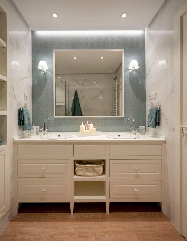 Designerii au propus un mobilier cu două lavoare, o abordare simetrică subliniată de forma spațiului, a mobilierului și alegerea finisajelor. Zona de oglindă este accentuată prin nuanța de turcoaz.