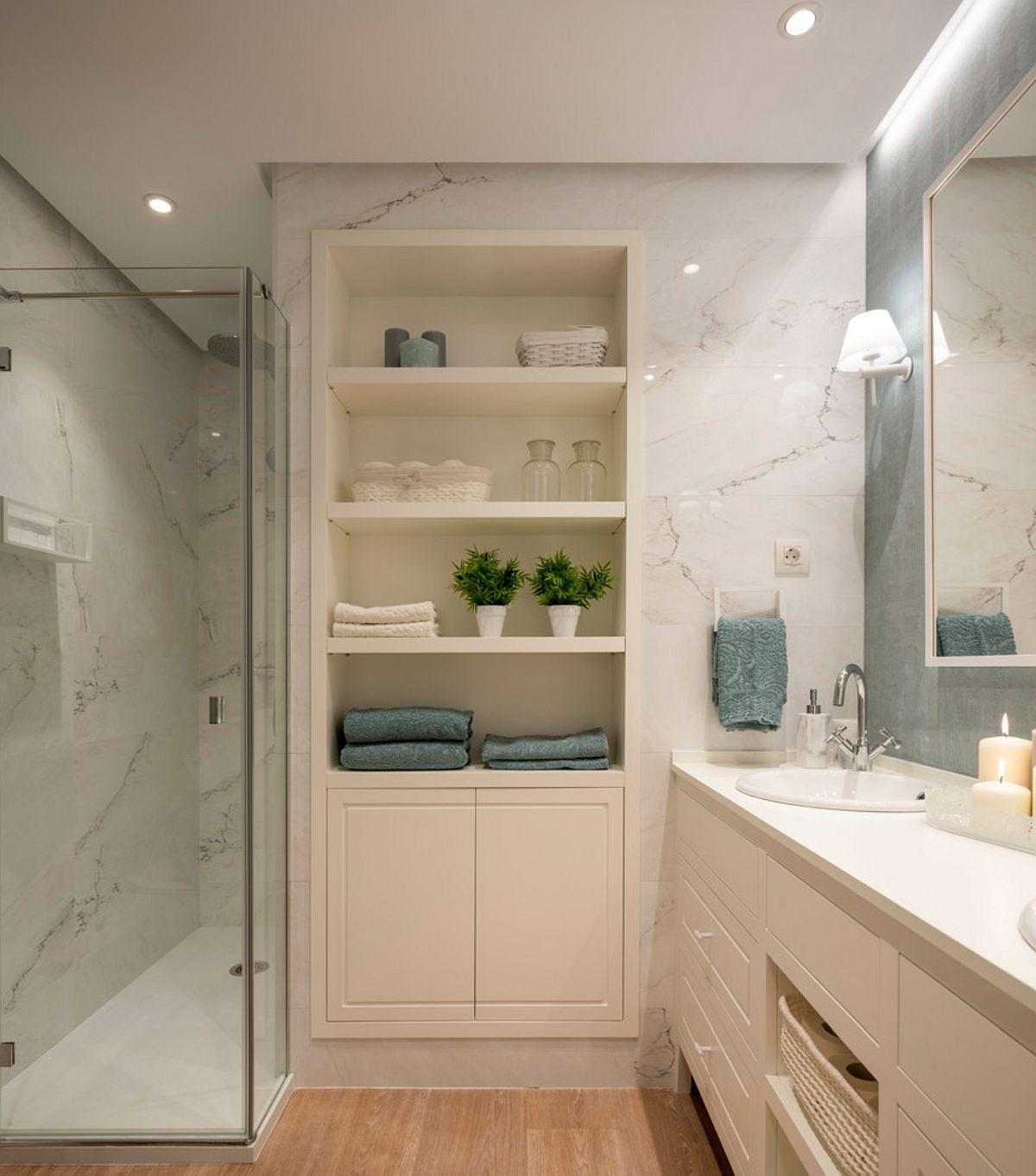 Baia matrimonială este amenajată în același stil cu dormitorul și în aceeași combinație cromatică. Spații generoase de depozitare sunt prezente și aici, după ce în locul căzii s-a optat pentru o cabină de duș.