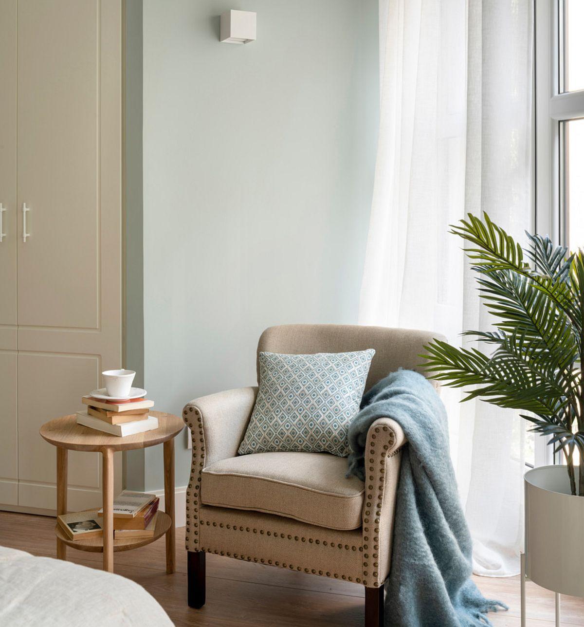 Mult alb pe suprafețele dulapurilor combinate cu o nuanță de verde pastel care imprimă tihnă și invită la odihnă.
