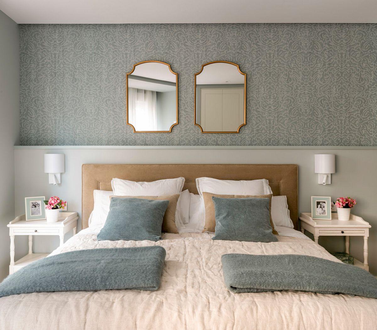 Forma atipică a camerei a fost exploatată pentru configurarea unui tablii de pat fixe, din zidărie, în care sunt integrate traseele electrice pentru aplicele de perete. S-a creat practic o poliță, deasipra căreia designerii au prevăzut în zonă un tapet.