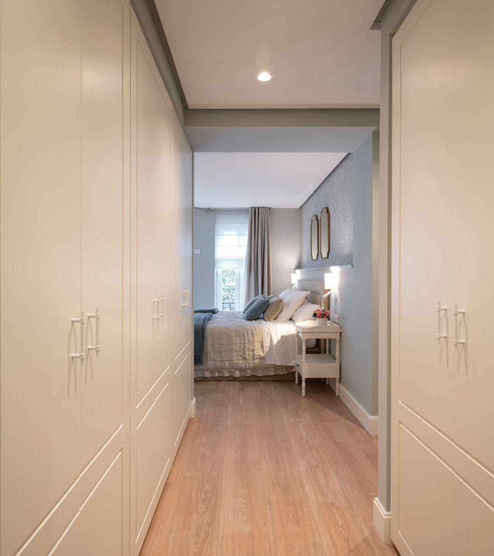 O parte din holul lung și îngust a fost integrat în spațiul dormitorului matrimonial pentru a fi configurate ansambluri generoase de dulapuri.