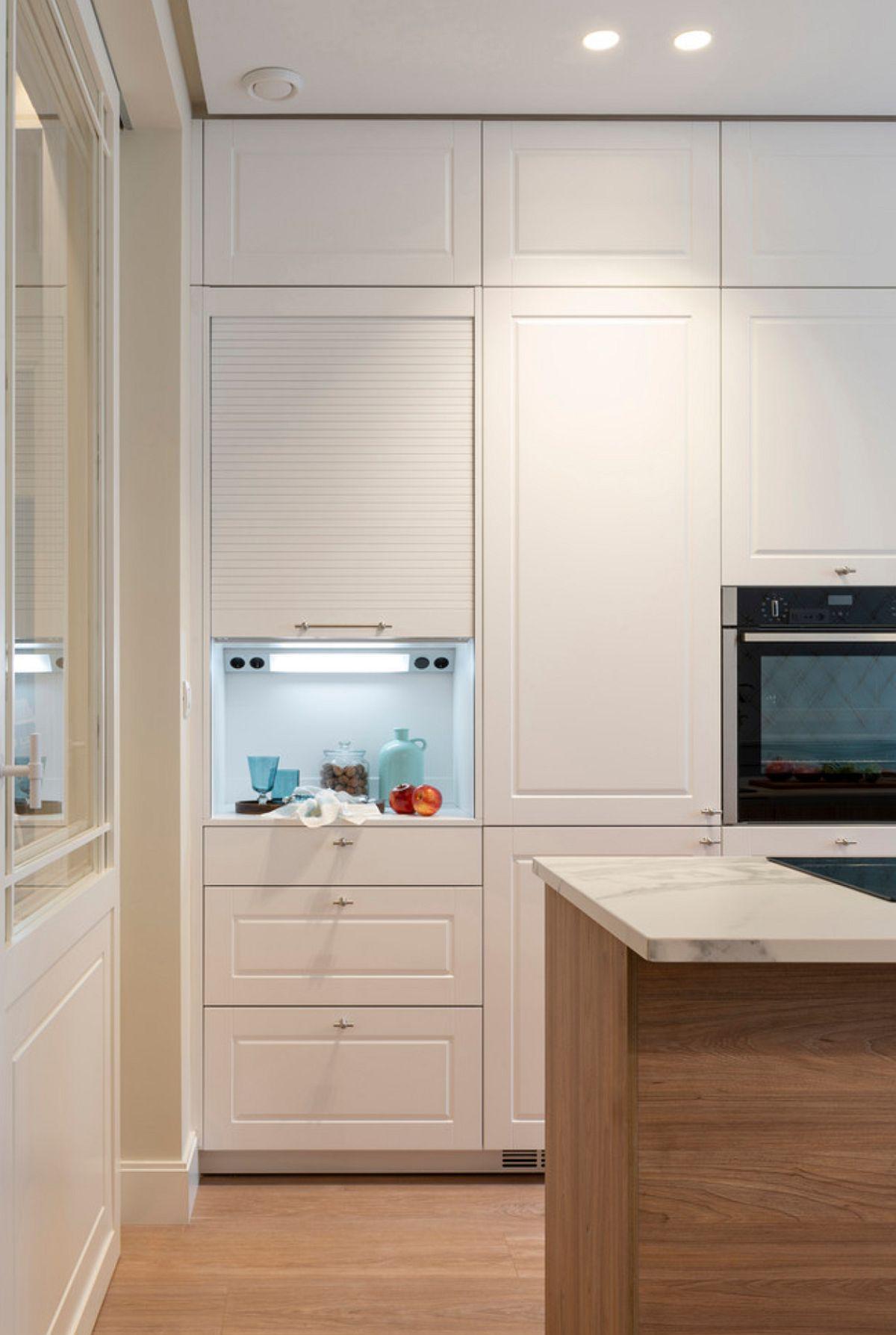 Pentru un acces ușor, dar fără a altera imaginea ordonată, dulapul din capătul bucătăriei este dotat