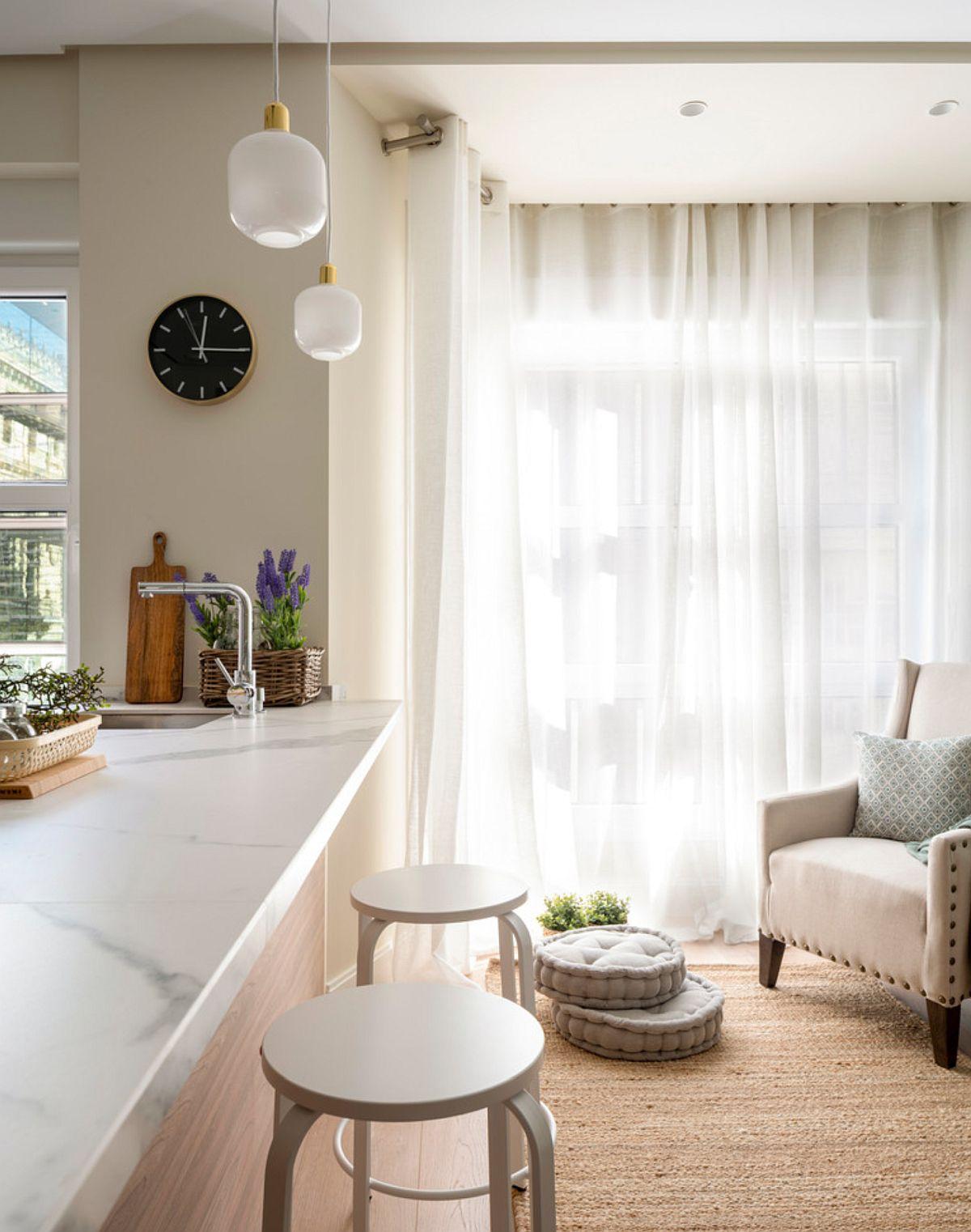 După locul de luat masa este unul de relaxare, de lectură. Aici era înainte fereastra livingului, integratp acum în noul spațiu al bucătăriei și sufrageriei.