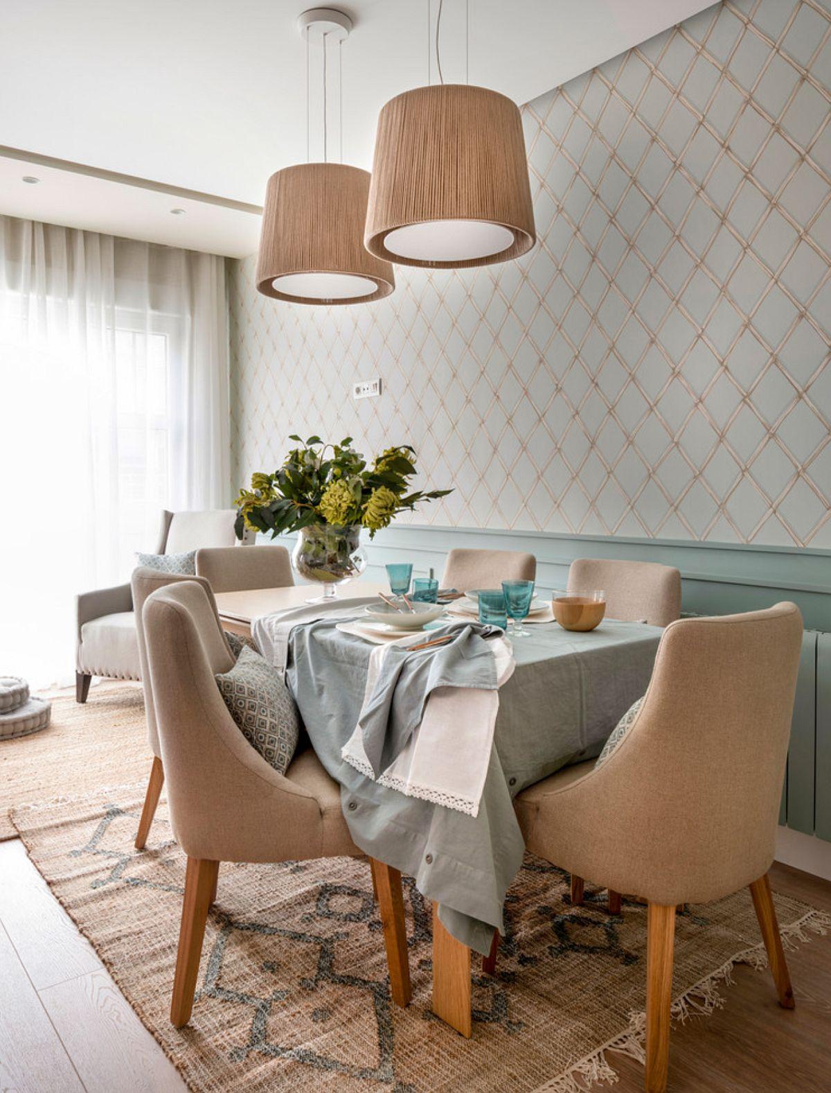 Locul de luat masa este tratat elegant pentru că este singurul din casă, deci aici sunt invitați și oaspeții. De aceea, designerii au pus accente pe modul de deocrare al peretelui, dar și prin alegerea unui mobilier tapițat.