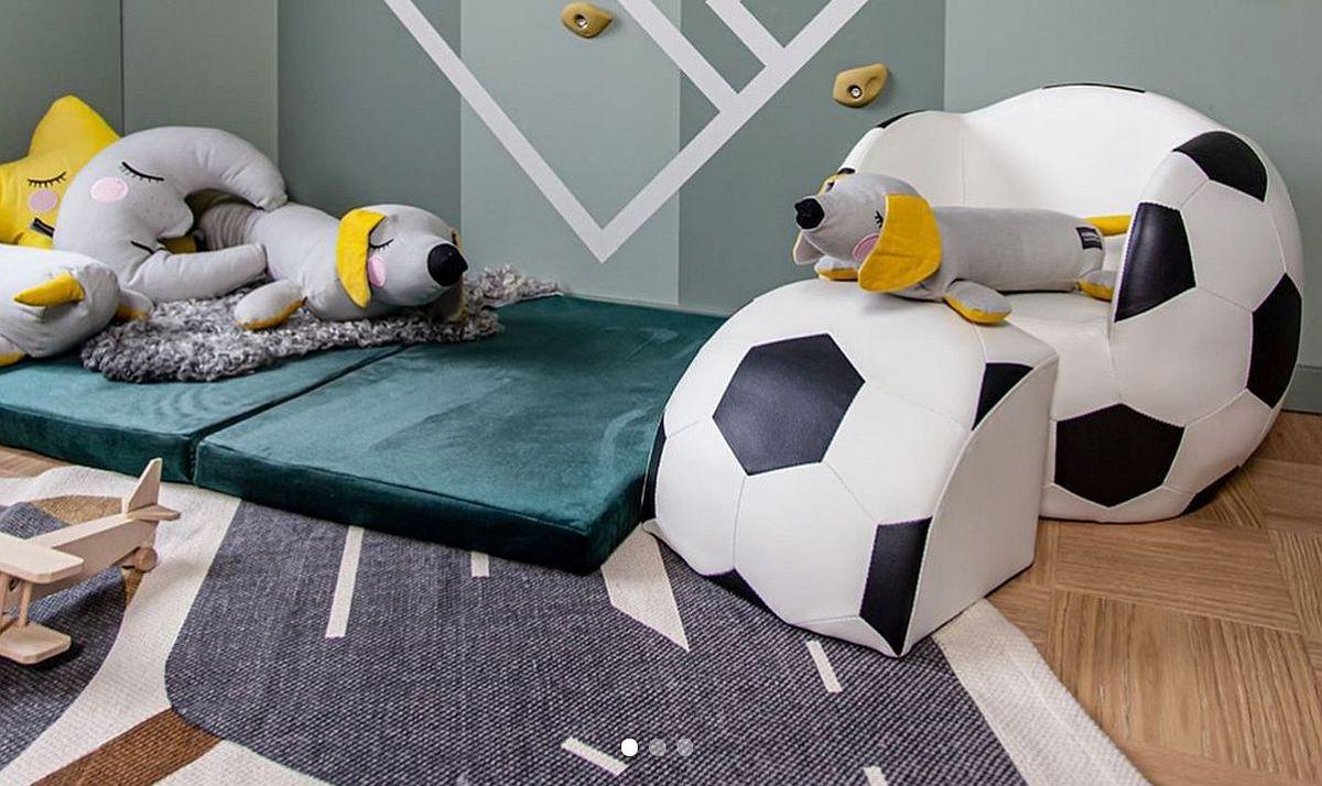 Saltele numai bune pentru mișcare, dar și ușor de întreținut, plus un mini fotoliu în formă de minge completează ideea de sport pe terenul de fotbal.