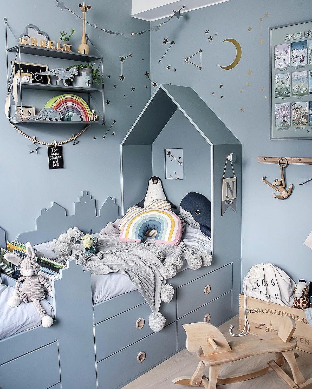 Formele de case și imaginea de orășel suugerate prin trafoare laterale și acoperișul de deasupra unui dintre paturi, transformă camera într-un de poveste.
