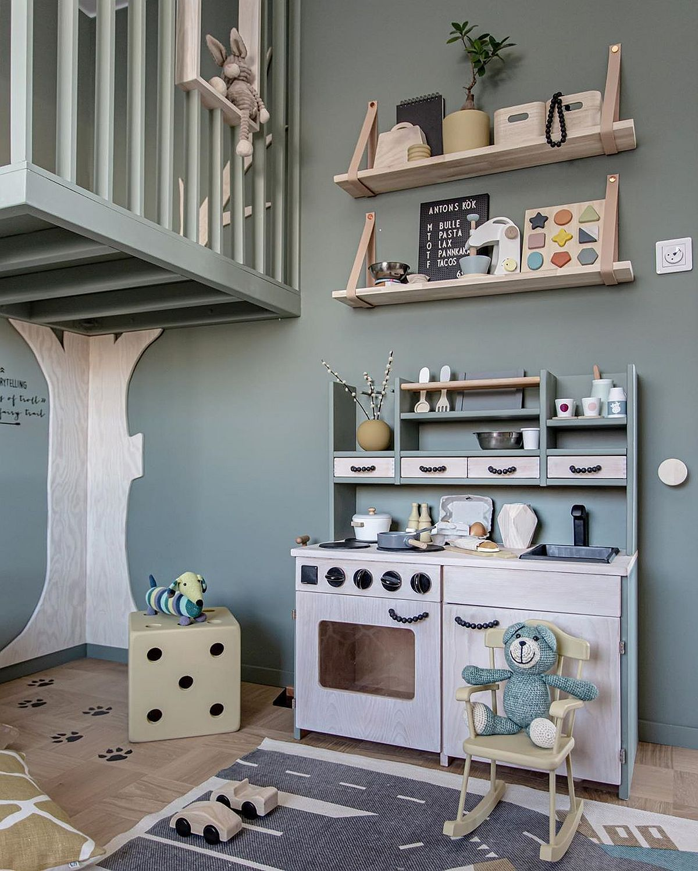 Pe același perete cu ușa, Cecilia (Cilla) a organizat un loc de joacă de tip bucătărie pentru cei doi băieți ai ei.