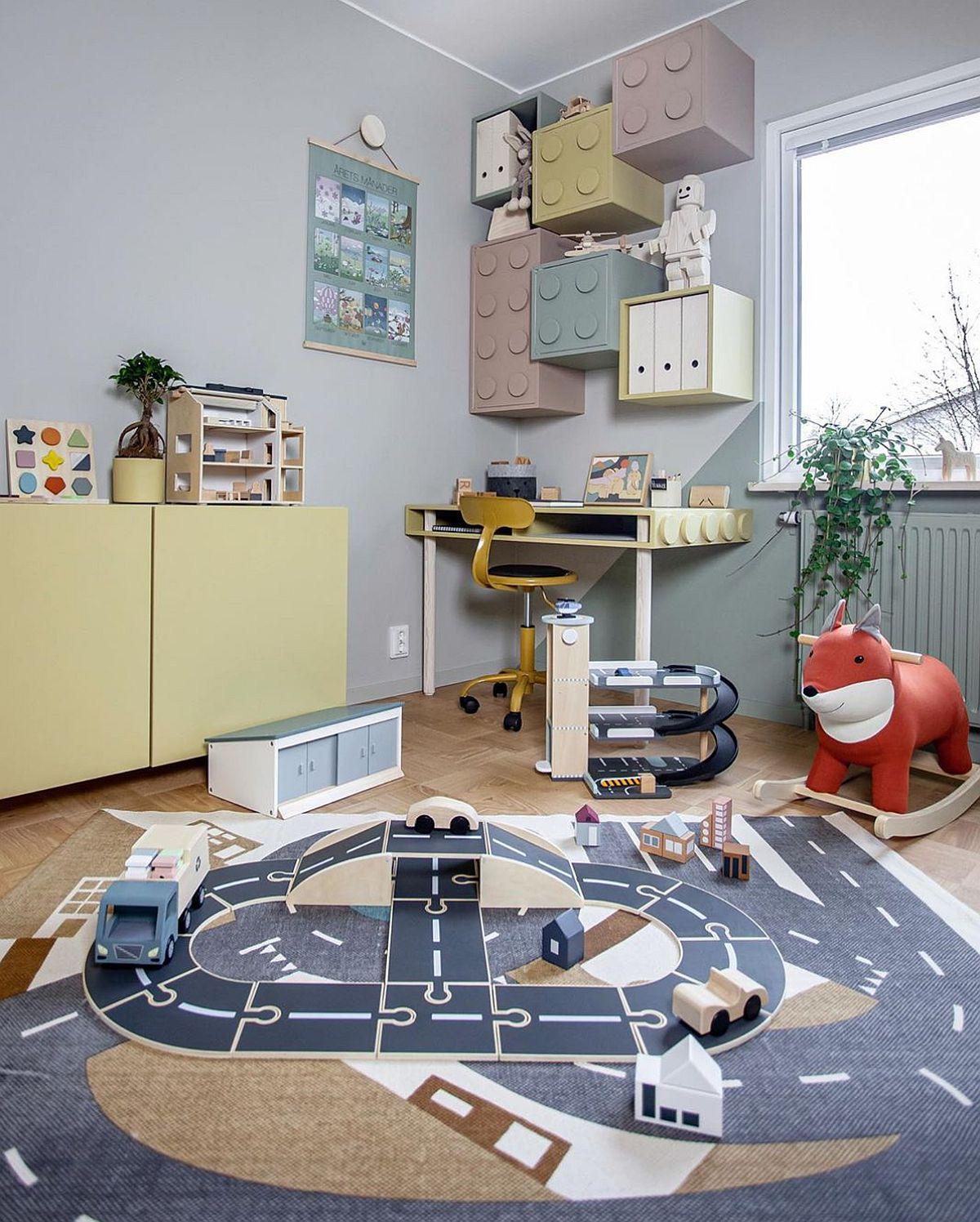 Centrul camerei este liber pentru joacă, de aceea un covor cu trasee devine alt prilej pentru distracția celor mici.